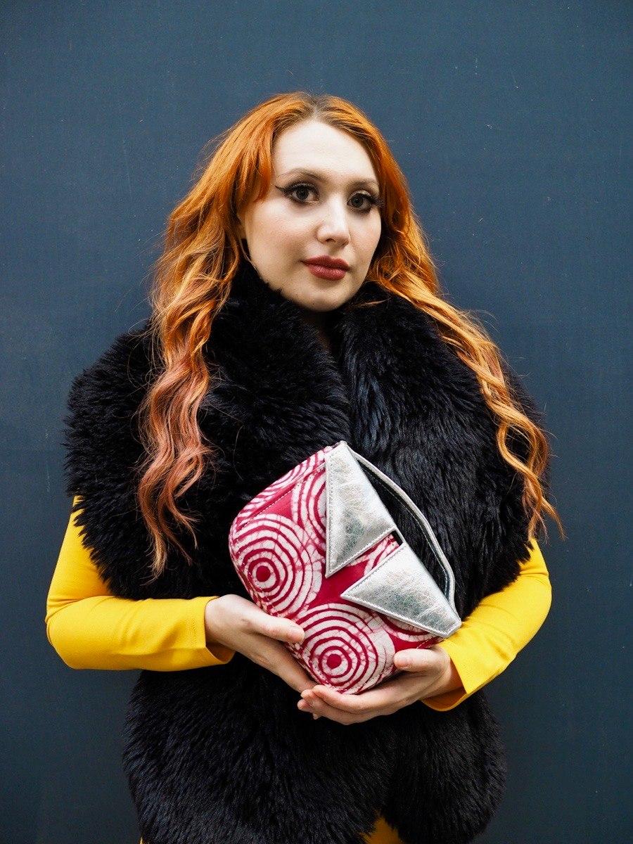 Edinburgh blogger Twenty-Something City models Leyelesi colourful bag